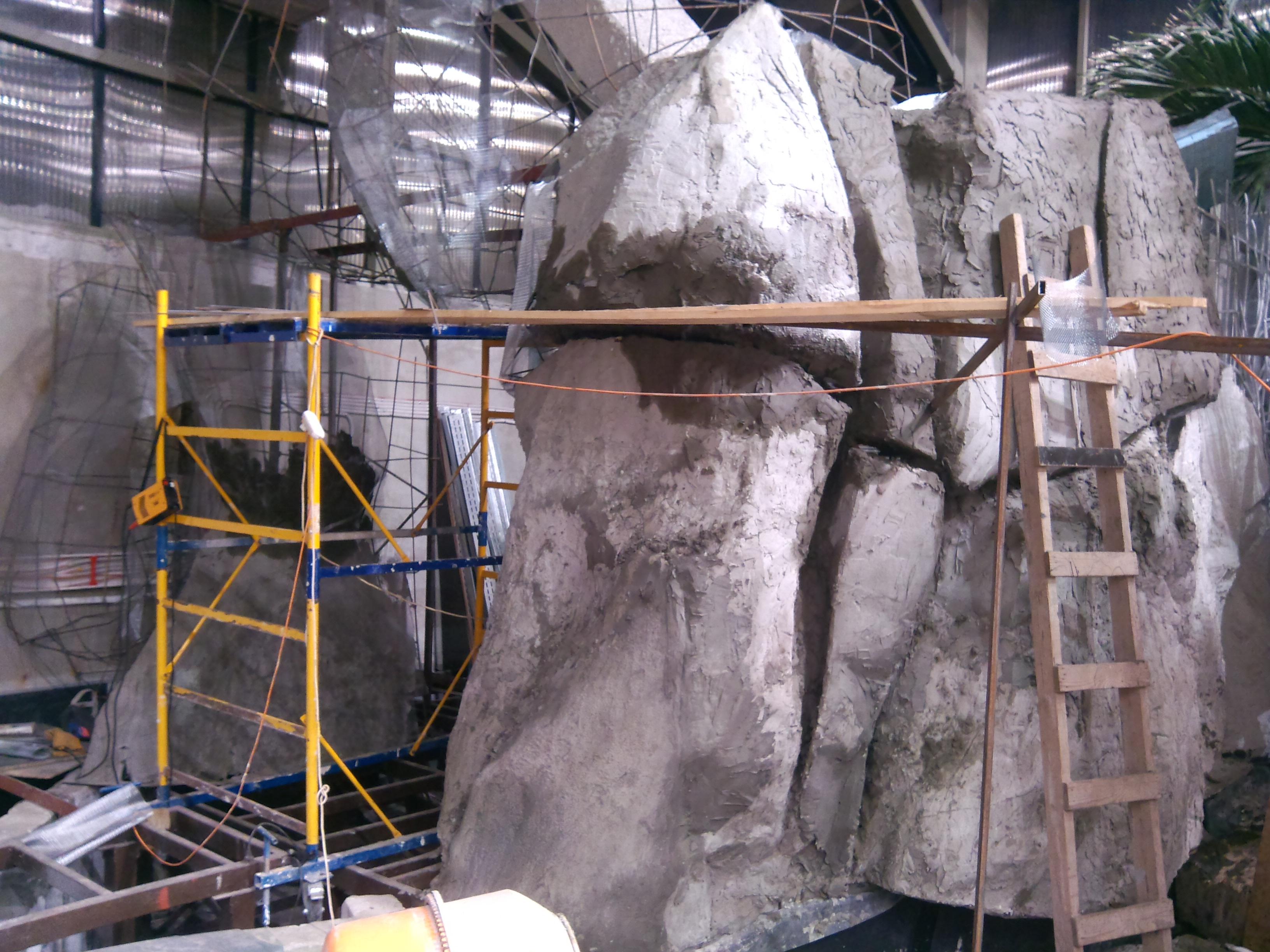 Пещера из искусственного камня в помещении