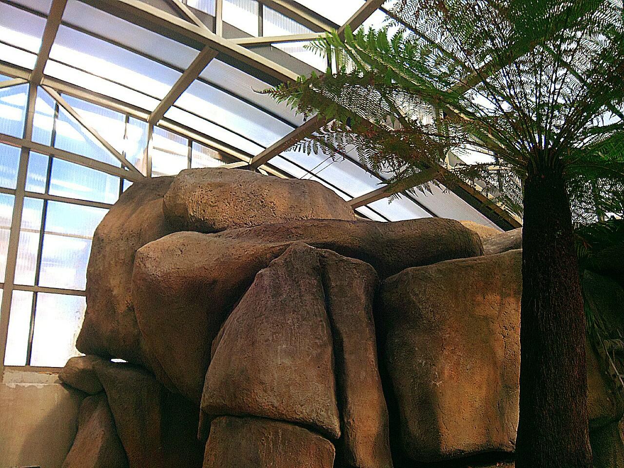 Валуны из искусственного камня в интерьере