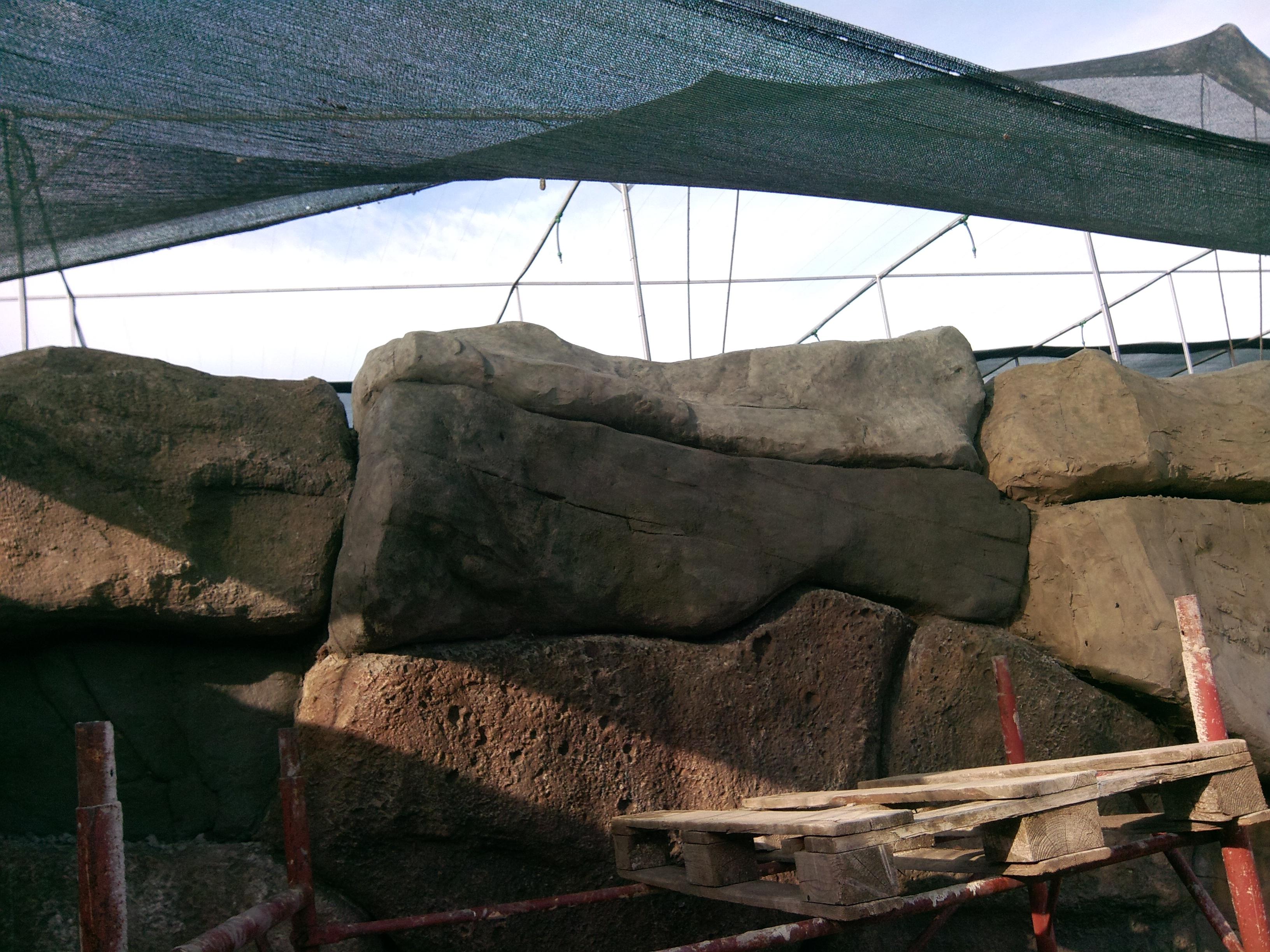 Стена из блоков искусственного камня
