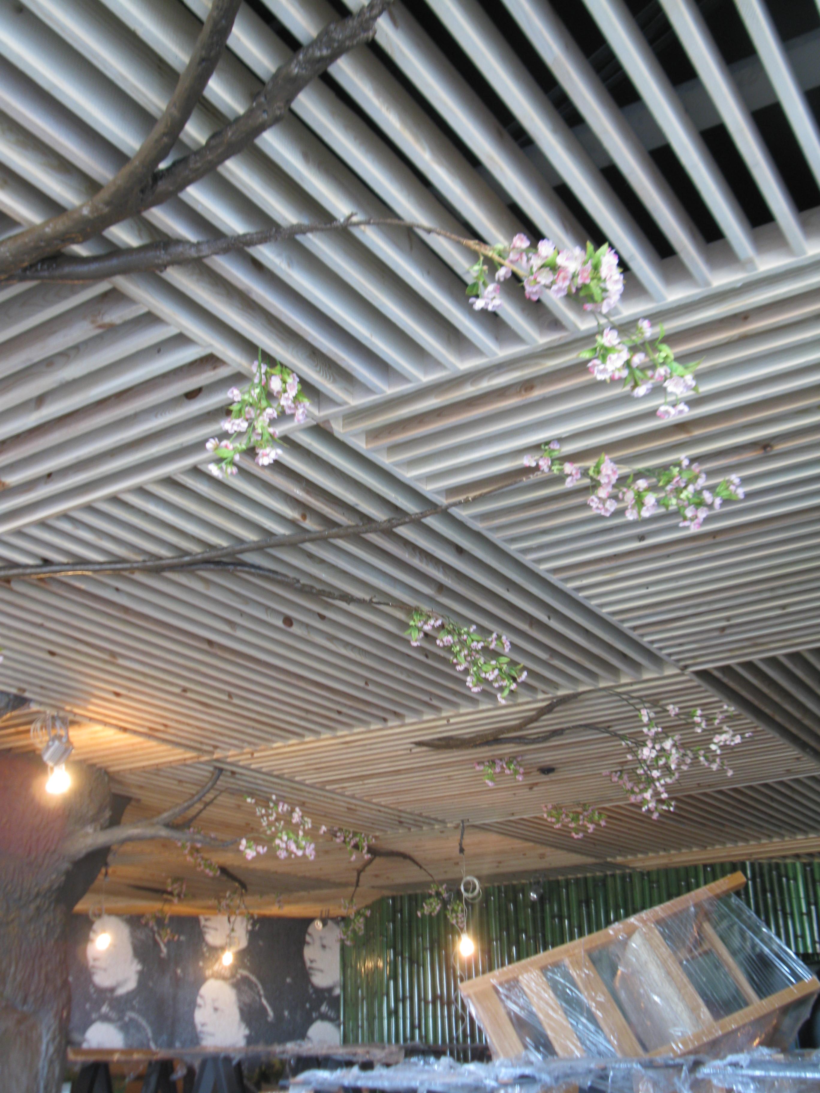 Сакура из искусственного камня в ресторане