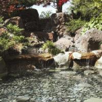 Каскадный водопад из искусственного и натурального камня