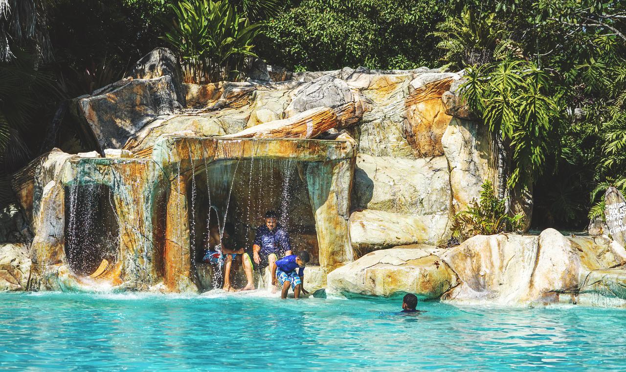Водопад возле бассейна DEX12